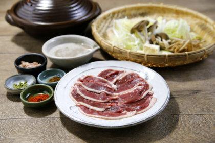 稀少な自然薯、青森県産本鴨や上州三元もち豚などプレミアム食材のお鍋をご自宅で。<br>贈り物にも最適なオンライン販売スタート。<br><br>/黒十 神戸本店