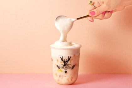 とろーりチーズクリームに夢中!お茶に恋をする本格派ティーストア「THE ALLEY」より、限定ドリンク『チーズクリームメープルミルクティー』が2月15日(月)から販売開始!<br><br>/THE ALLEY