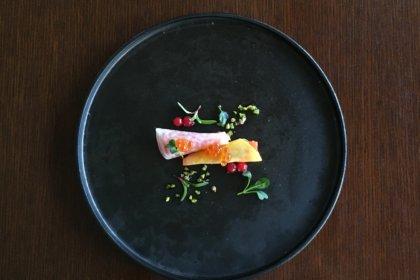 広尾・魚介専門ビストロ『ビストロ シロ.』、メニューはシェフ選りすぐりの魚介を味わうスペシャルコースのみ。<br><br>/ビストロ シロ.