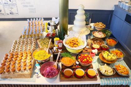 待望の復活!スヌーピーのミニバーガーやデリ、デザート食べ放題。3/27より登場!<br><br>/PEANUTS DINER 横浜