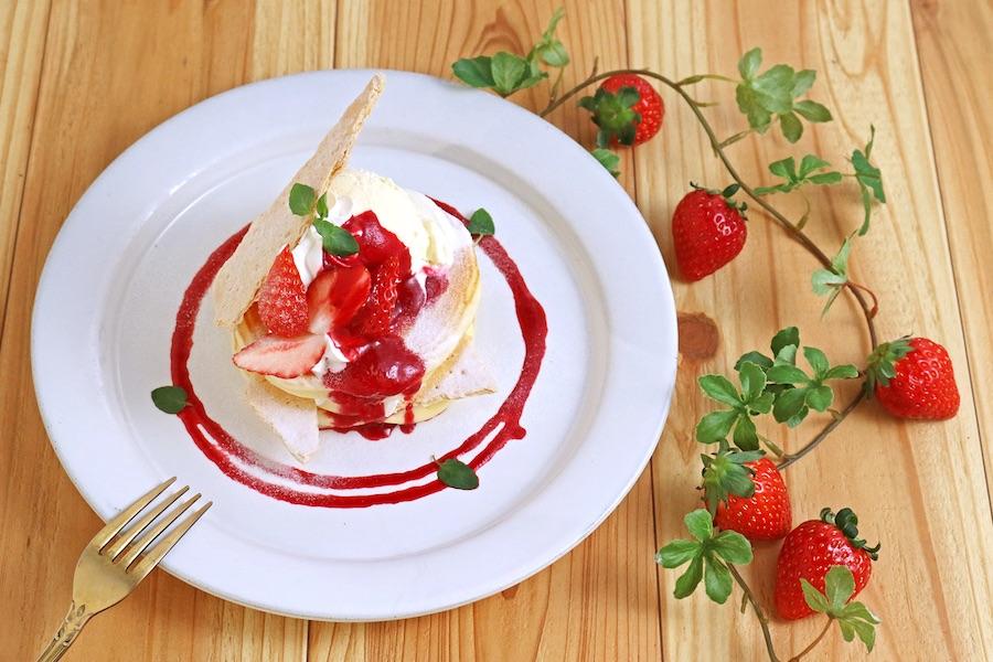 いちごとカスタードクリームのパンケーキ~ミルフィーユ仕立て~