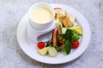 春野菜と自家製パンのビアチーズフォンデュ