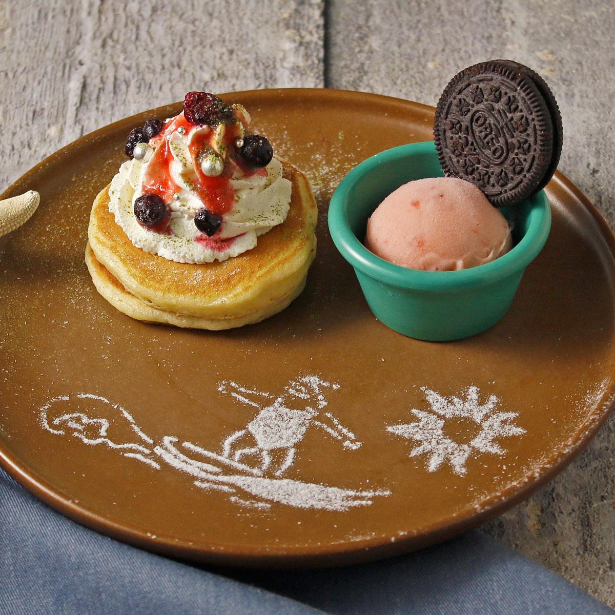 波乗りサンタクロースが描かれたパンケーキは、YURT神戸店の「クリスマスパーティプラン」限定スイーツ